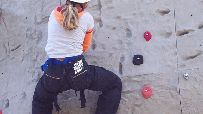 Maedchen-beim-Klettern