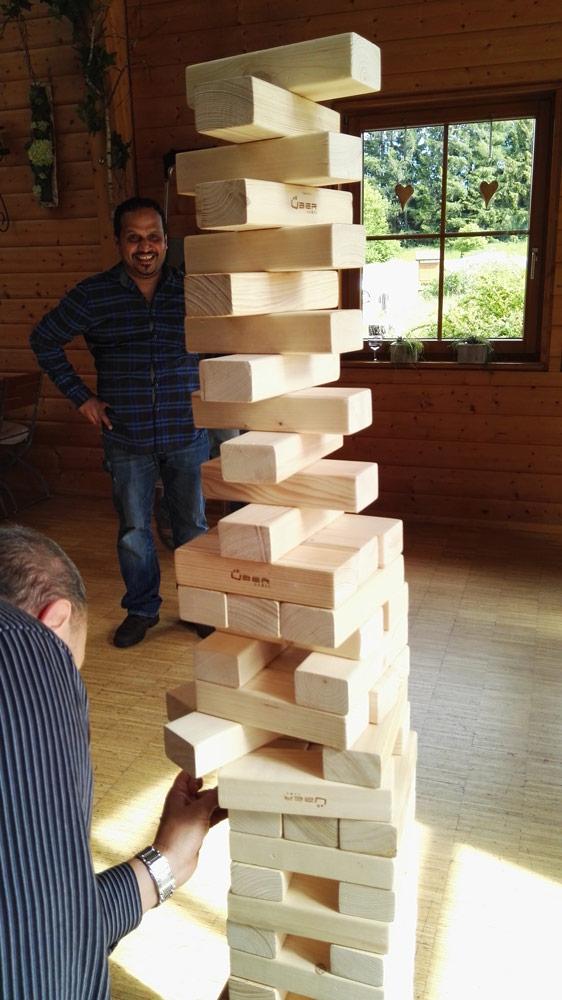 Team-Jenga bei Teamevents im Schwarzwald -Spannung pur